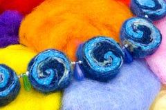 Kulöra handgjorda pärlor Den handgjorda halsbandet som göras av ljus färgrik ull för den torra naturliga merinoen, pryder med pär Royaltyfria Foton