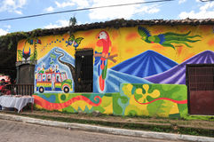Kulöra hus av Alegria, El Salvador Arkivfoto