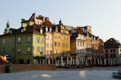 Kulöra hus i Warszawa Arkivfoton
