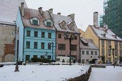 Kulöra hus på den huvudsakliga gatan i Riga jul semestrar Royaltyfria Foton
