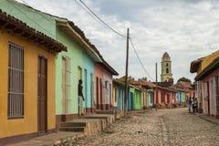 Kulöra hus på en kullerstengata i koloniinvånaren Trinidad, Kuba Royaltyfri Fotografi