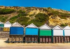Kulöra hus på stranden, färgrik dörr till sommarställen, s Fotografering för Bildbyråer