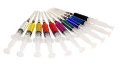 Kulöra injektionssprutor Arkivbilder