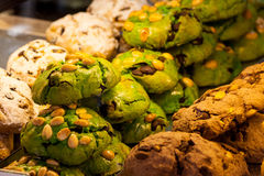 Kulöra kakor med torkat - frukt Efterrätter Royaltyfri Bild