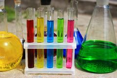 Kulöra kemikalieer arkivfoto