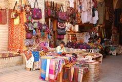 Kulöra kläder för handel i Uzbekistan Arkivfoton