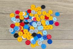 Kulöra knappar för sömmerskor Arkivbild