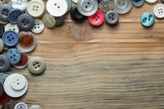 Kulöra knappar på träbräde, färgrika knappar Royaltyfri Fotografi
