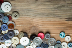 Kulöra knappar på träbräde, färgrika knappar Arkivfoton