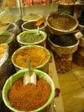Kulöra kryddor som är utsatta i vide- korgar i en shoppa i Turkiet Arkivfoton