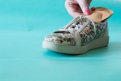 Kulöra läderskor med ortopediska innersulor Neutral backgroun Arkivfoto