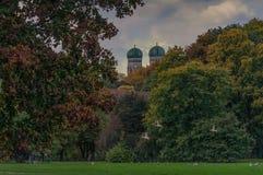Kul?ra leafes av tr?d i den bavarian huvudstaden av Munich arkivbilder