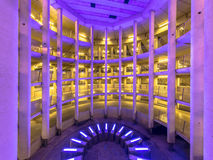 Kulöra ljus i underjordiskt parkeringsgarage Arkivfoto