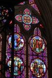 Kulöra målat glassfönster dekorerar ett av kapellen av den Bayeux domkyrkan (Frankrike) arkivbild