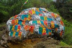 Kulöra Mani Stones med buddistisk mantra i Himalaya, Nepal royaltyfri fotografi