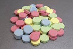 kulöra medicinska mång- tablets Arkivfoton