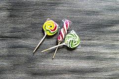 Kulöra och mönstrade godisar, roliga färgrika godisar för barn älskar skriftliga färgade och mönstrad godisar för socker, gyckel  Arkivbild