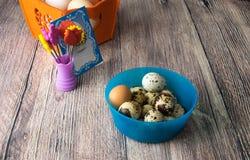 Kulöra olika påskägg bordlägger garnering med ` för påsken för vykort` lycklig, Royaltyfria Bilder