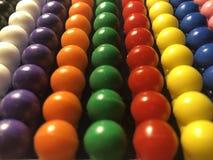 Kulöra pärlor som är ordnade i rader, närbildkulram Royaltyfri Fotografi