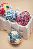 Kulöra påskägg som målas med färgrika färger Royaltyfri Bild