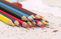 kulöra paper blyertspennor Arkivfoto
