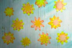 Kulöra pappers- blommor på träbakgrund Barns kreativitet, utvecklings- ockupation Lekmanna- lägenhet royaltyfri bild