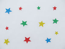 Kulöra pappers- stjärnor på snö Royaltyfria Bilder