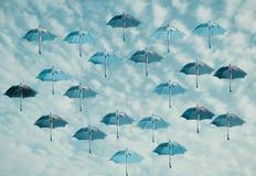 Kulöra paraplyer med himmelbakgrund Royaltyfri Bild