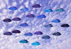 Kulöra paraplyer med himmelbakgrund Royaltyfri Foto