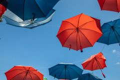 Kulöra paraplyer på bakgrunden för blå himmel arkivfoto