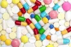 kulöra pills för kapslar Royaltyfri Foto