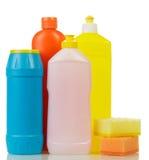 Kulöra plast-flaskor med flytande som spolar ren pulver, svampar Royaltyfri Bild