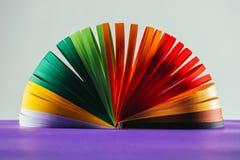 Kulöra quilling pappers- kurvor på lilayttersida Fotografering för Bildbyråer