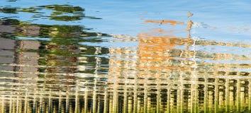 Kulöra reflexioner i hamnvatten Arkivbilder