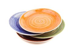 Kulöra runda keramiska plattor med den spiral modellen som isoleras på vit royaltyfri foto