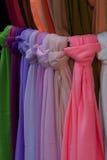 kulöra scarfs Arkivfoton