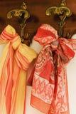 Kulöra scarves på antik hängare Fotografering för Bildbyråer