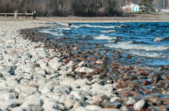 Kulöra stenar av sjökusten Royaltyfria Foton