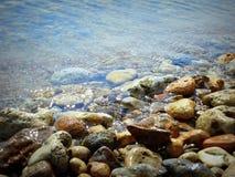 Kulöra stenar på kusten Royaltyfria Bilder