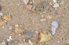 Kulöra stenar på sanden royaltyfri bild