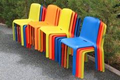 Kulöra stolar Arkivbild