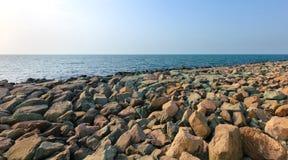 Kulöra stora stenar på stranden Arkivbild