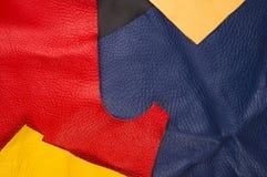 kulöra stycken och rester av naturligt läder royaltyfri foto