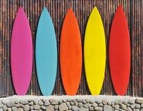 Kulöra surfingbrädor Fotografering för Bildbyråer