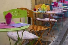 Kulöra tabeller och stolar Royaltyfri Fotografi