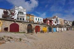 Kulöra trädörrar på stranden och husen Spanien Arkivfoto