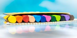 Kulöra vax-blyertspennafärgpennor Arkivfoton