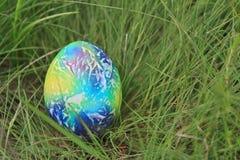 Kulört easter ägg på grönt gräs Royaltyfri Fotografi