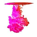 Kulört färgpulver i vatten som skapar abstrakt form Arkivfoto