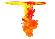 Kulört färgpulver i vatten som skapar abstrakt form Royaltyfri Fotografi